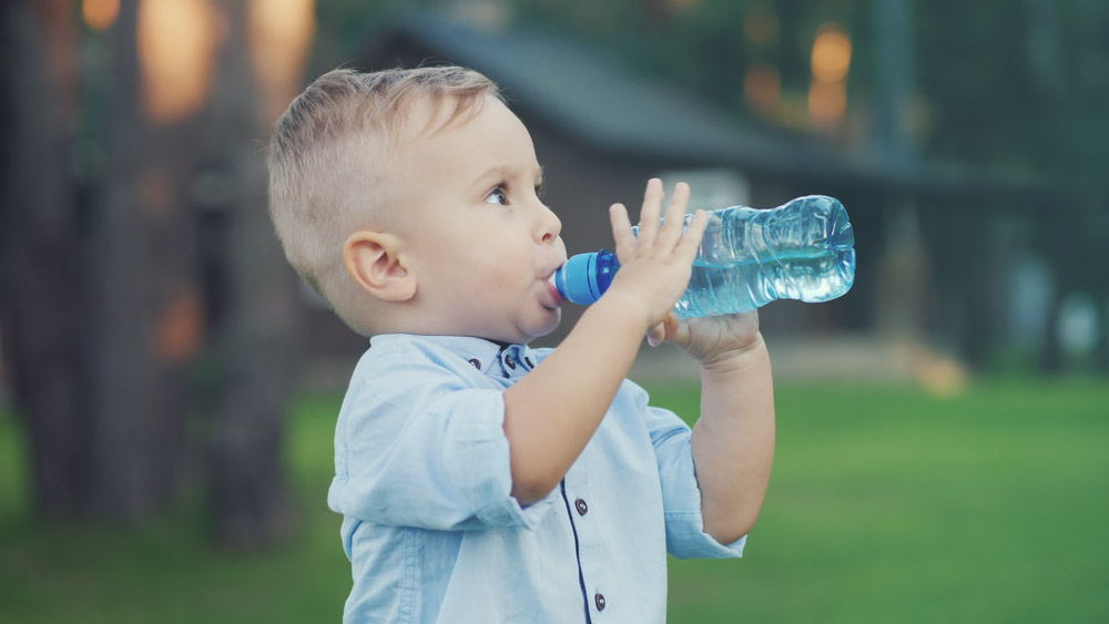 dieta pije vodu z flasky